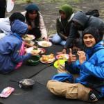 Makan Siang di Tepi <b>Danau</b>