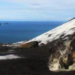 Antara Rakata dan <b>Krakatau</b>